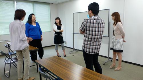 [写真]勉強会に参加した面々が感想を言い合うの図